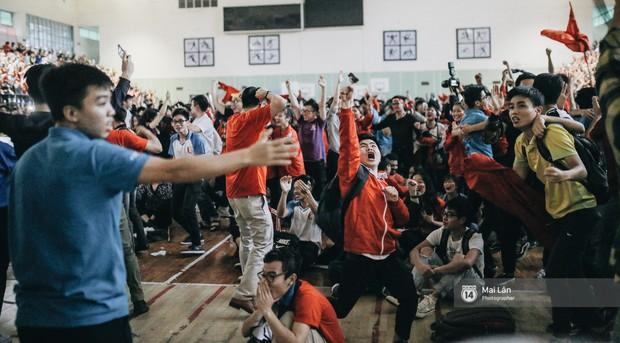 Sinh viên và loạt khoảnh khắc cảm xúc đến khó quên trong trận bán kết lịch sử Việt Nam - Qatar - Ảnh 13.