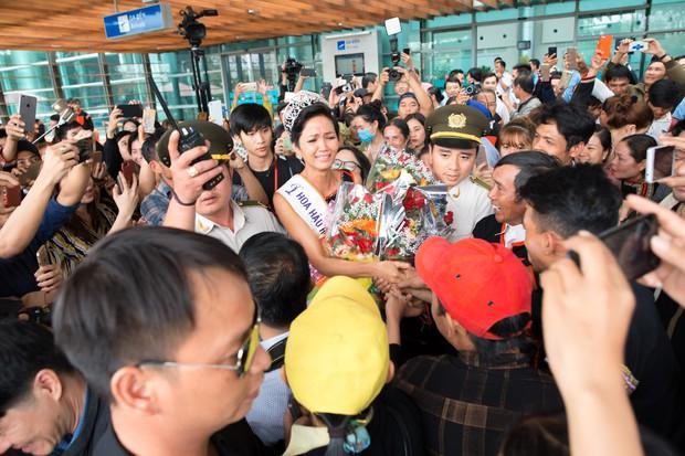 Bố mẹ và người dân Đăk Lăk diện trang phục truyền thống, nô nức đón Tân Hoa hậu HHen Niê trở về quê hương - Ảnh 1.