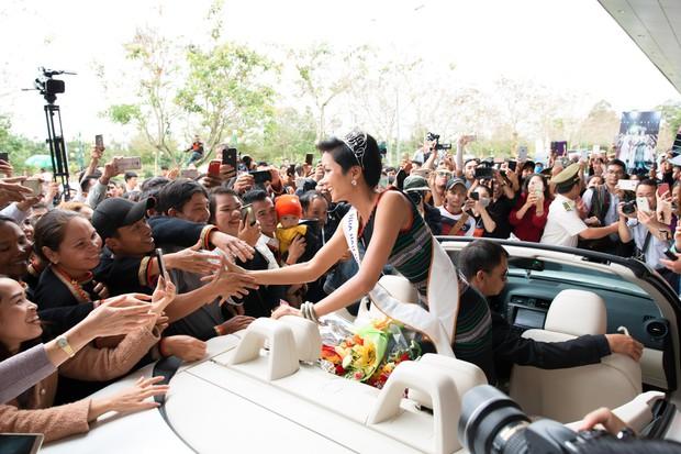 Bố mẹ và người dân Đăk Lăk diện trang phục truyền thống, nô nức đón Tân Hoa hậu HHen Niê trở về quê hương - Ảnh 2.
