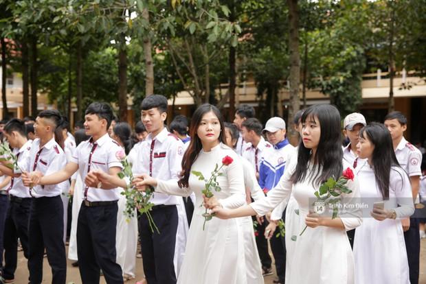 Clip: HHen Niê về trường, lên sân khấu nhún nhảy theo tiết mục cây nhà lá vườn của các thầy cô cực đáng yêu - Ảnh 12.