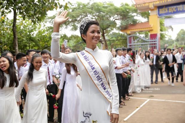 Clip: HHen Niê về trường, lên sân khấu nhún nhảy theo tiết mục cây nhà lá vườn của các thầy cô cực đáng yêu - Ảnh 17.