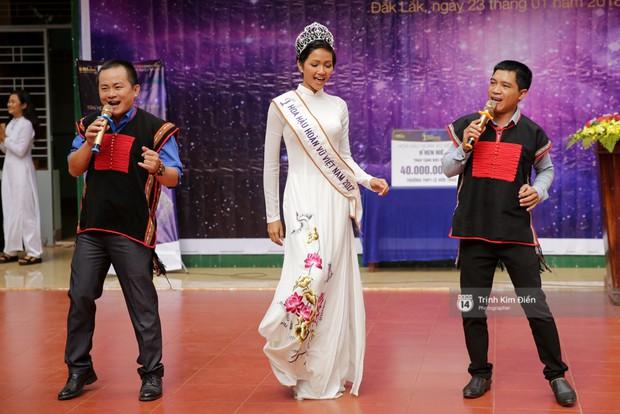 Clip: HHen Niê về trường, lên sân khấu nhún nhảy theo tiết mục cây nhà lá vườn của các thầy cô cực đáng yêu - Ảnh 3.
