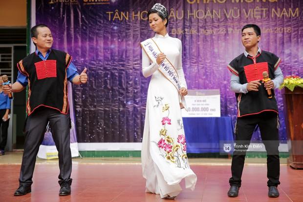 Clip: HHen Niê về trường, lên sân khấu nhún nhảy theo tiết mục cây nhà lá vườn của các thầy cô cực đáng yêu - Ảnh 7.