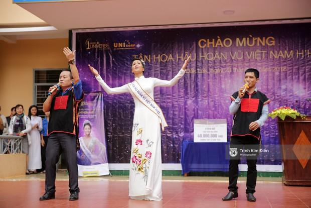 Clip: HHen Niê về trường, lên sân khấu nhún nhảy theo tiết mục cây nhà lá vườn của các thầy cô cực đáng yêu - Ảnh 9.