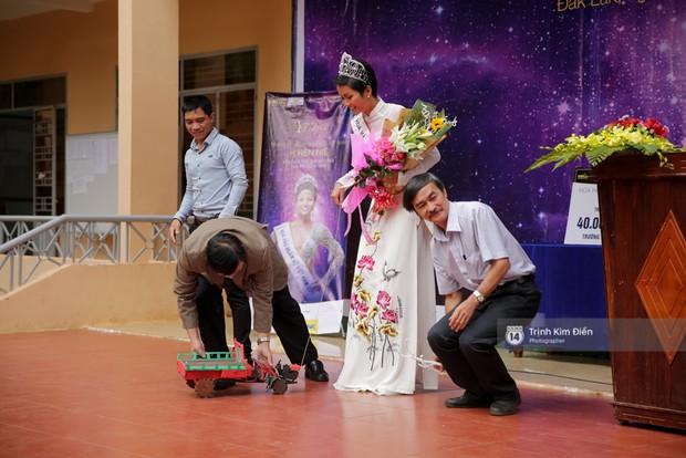 Thầy cô trường cấp ba tặng HHen Niê siêu xe công nông đúng như mong ước bấy lâu của Tân Hoa hậu! - Ảnh 2.