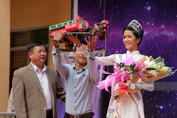 Thầy cô trường cấp ba tặng HHen Niê siêu xe công nông đúng như mong ước bấy lâu của Tân Hoa hậu! - Ảnh 4.