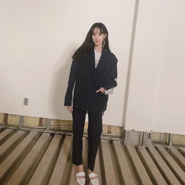 Là bạn gái G-Dragon nhưng Lee Joo Yeon chỉ trung thành với đồ basic thôi - Ảnh 2.