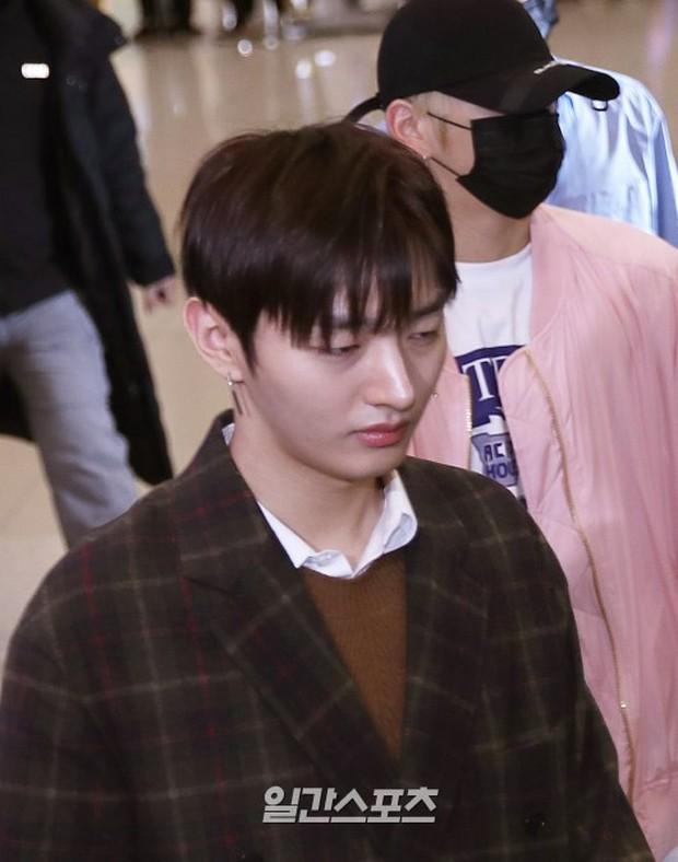 Dàn trai đẹp Wanna One khiến sân bay náo loạn vì chật kín fan, mỹ nam nhóm NUEST lại đẹp hơn cả con gái - Ảnh 20.