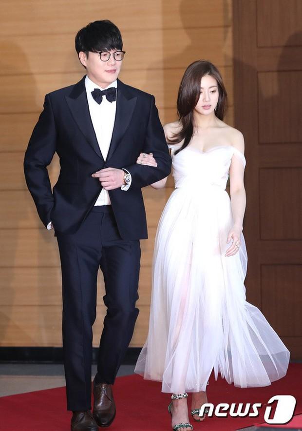 Thảm đỏ Golden Disc Awards: Bạn gái cũ Hyunbin trễ nải khoe ngực đầy bên Taeyeon diêm dúa, EXO và BTS đọ vẻ điển trai - Ảnh 1.