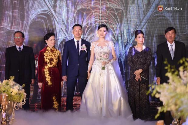 Ngọc Duyên cực xinh đẹp, hạnh phúc sánh đôi bên ông xã hơn 18 tuổi trong tiệc cưới xa hoa tại Hà Nội - Ảnh 7.
