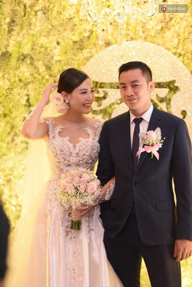 Ngọc Duyên cực xinh đẹp, hạnh phúc sánh đôi bên ông xã hơn 18 tuổi trong tiệc cưới xa hoa tại Hà Nội - Ảnh 4.