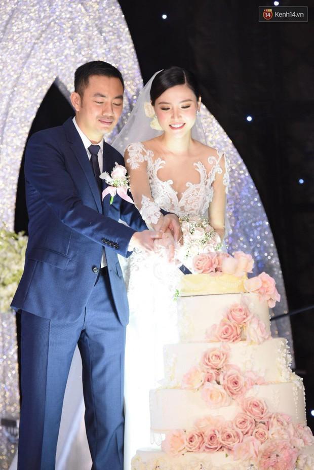 Ngọc Duyên cực xinh đẹp, hạnh phúc sánh đôi bên ông xã hơn 18 tuổi trong tiệc cưới xa hoa tại Hà Nội - Ảnh 8.