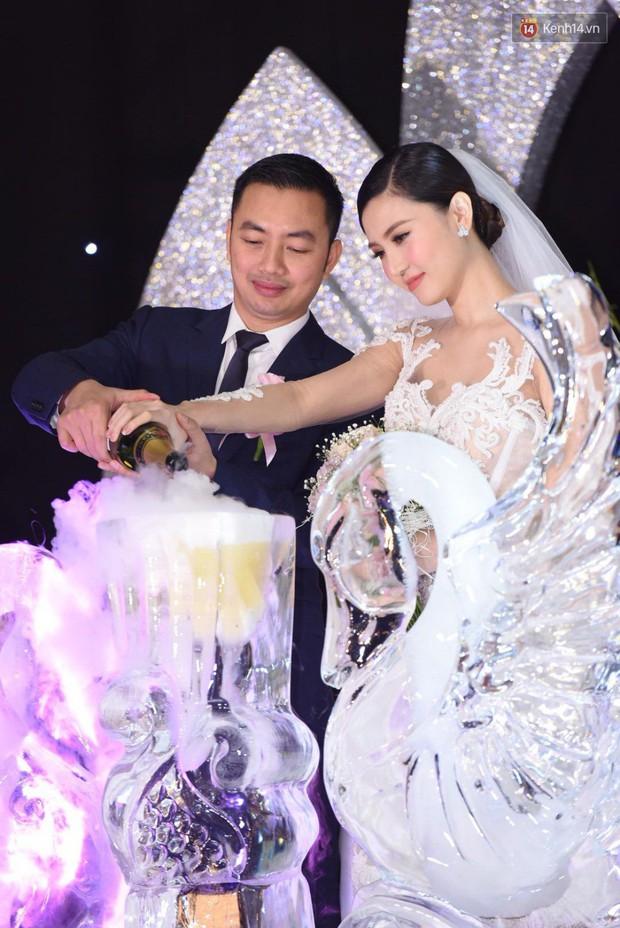 Ngọc Duyên cực xinh đẹp, hạnh phúc sánh đôi bên ông xã hơn 18 tuổi trong tiệc cưới xa hoa tại Hà Nội - Ảnh 10.