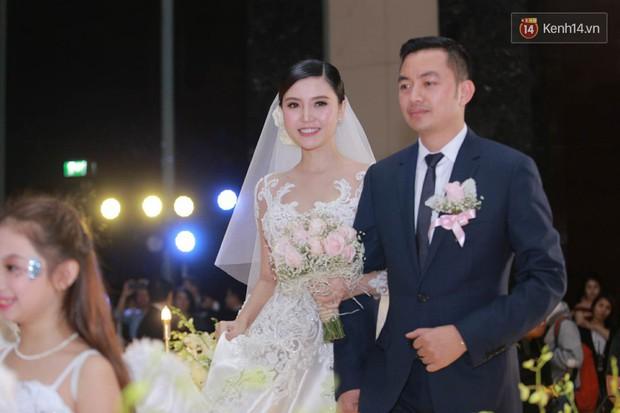 Ngọc Duyên cực xinh đẹp, hạnh phúc sánh đôi bên ông xã hơn 18 tuổi trong tiệc cưới xa hoa tại Hà Nội - Ảnh 6.