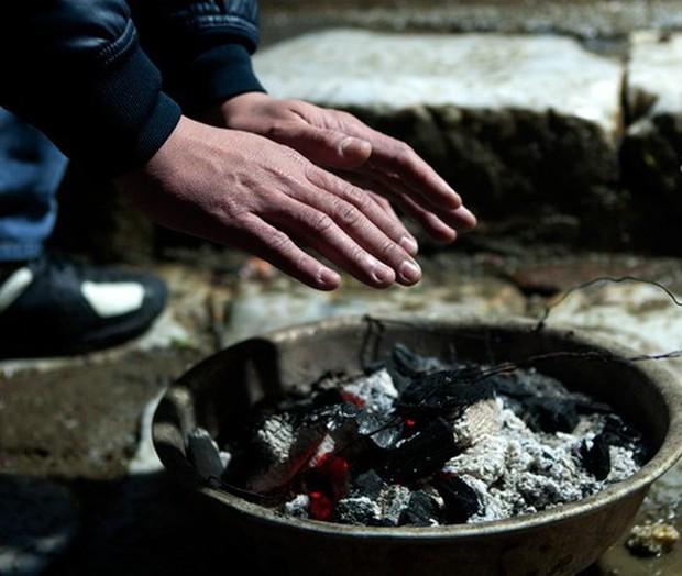 Tay lạnh cóng vì mưa rét, đâu là cách làm ấm tay nhanh và an toàn nhất? - Ảnh 4.