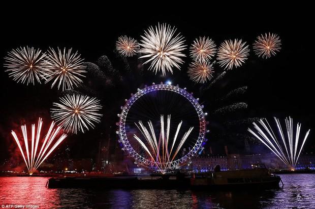 Chùm ảnh: Năm mới 2018 hân hoan trên toàn châu Âu, bầu trời London, Paris ngập tràn pháo hoa rực rỡ - Ảnh 1.
