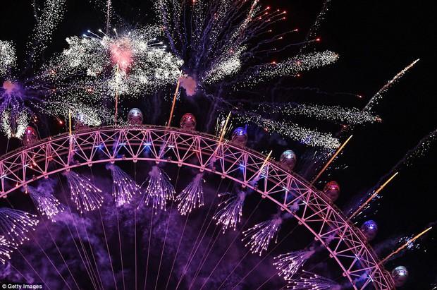 Chùm ảnh: Năm mới 2018 hân hoan trên toàn châu Âu, bầu trời London, Paris ngập tràn pháo hoa rực rỡ - Ảnh 8.