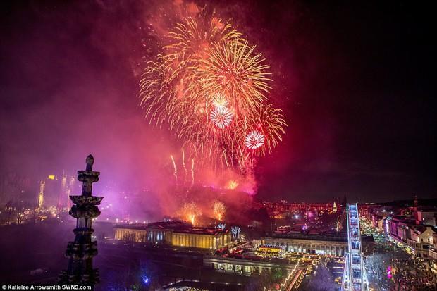 Chùm ảnh: Năm mới 2018 hân hoan trên toàn châu Âu, bầu trời London, Paris ngập tràn pháo hoa rực rỡ - Ảnh 17.