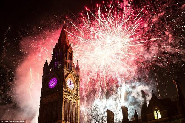 Chùm ảnh: Năm mới 2018 hân hoan trên toàn châu Âu, bầu trời London, Paris ngập tràn pháo hoa rực rỡ - Ảnh 18.