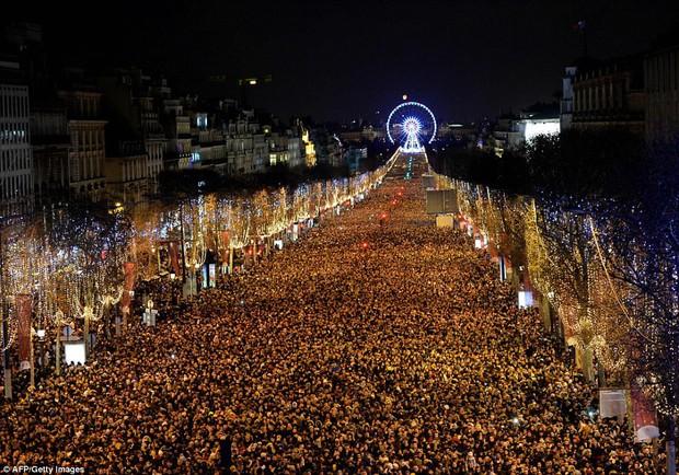 Chùm ảnh: Năm mới 2018 hân hoan trên toàn châu Âu, bầu trời London, Paris ngập tràn pháo hoa rực rỡ - Ảnh 20.