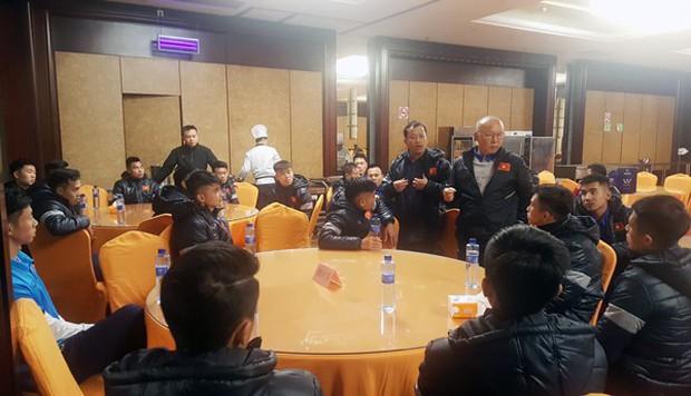 U23 Việt Nam đến Trung Quốc, HLV Park Hang Seo lo sức khỏe của học trò - Ảnh 1.