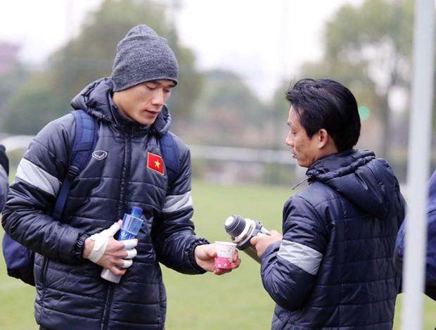 U23 Việt Nam bịt khẩu trang, uống trà gừng chống cái rét 8 độ ở Trung Quốc - Ảnh 3.