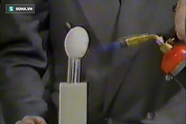 Thợ cắt tóc Anh từ chối hơn 10 triệu USD để chôn công thức siêu vật liệu chịu được bom - Ảnh 1.