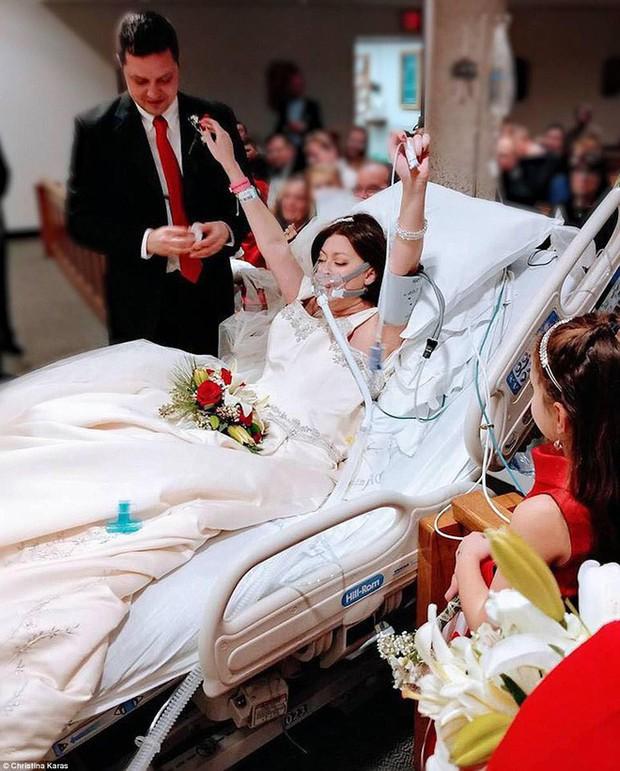 Quyết không để cái chết chia lìa, chàng trai cưới người con gái mình yêu ngay trên giường bệnh - Ảnh 1.