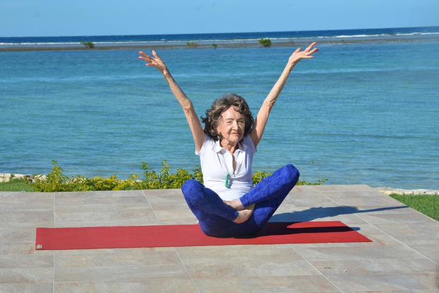75 năm tập luyện, 57 năm giảng dạy yoga, cuộc đời của người phụ nữ 99 tuổi này như một cuốn phim tuyệt vời về cuộc sống tươi đẹp - Ảnh 2.