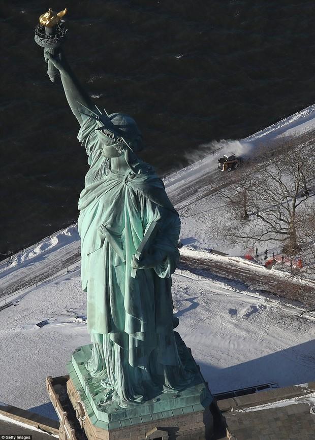 Sau trận bão tuyết kinh hoàng, thành phố New York hoang tàn, ảm đạm như trong phim Ngày Tận Thế - Ảnh 3.