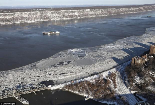 Sau trận bão tuyết kinh hoàng, thành phố New York hoang tàn, ảm đạm như trong phim Ngày Tận Thế - Ảnh 8.