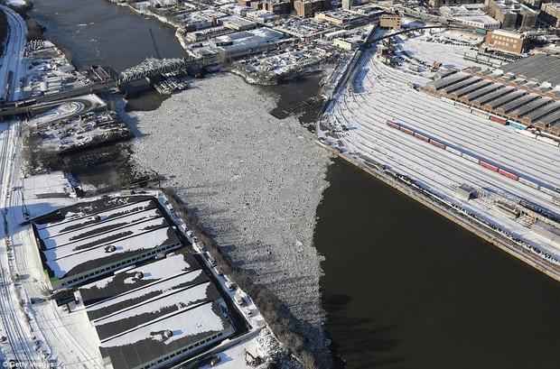 Sau trận bão tuyết kinh hoàng, thành phố New York hoang tàn, ảm đạm như trong phim Ngày Tận Thế - Ảnh 20.