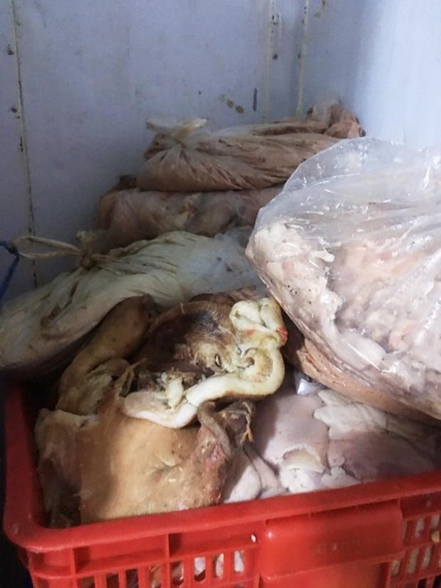 TP.HCM: Phát hiện gần 30 tấn lòng, thịt heo bẩn chuẩn bị đưa đi tiêu thụ - Ảnh 2.