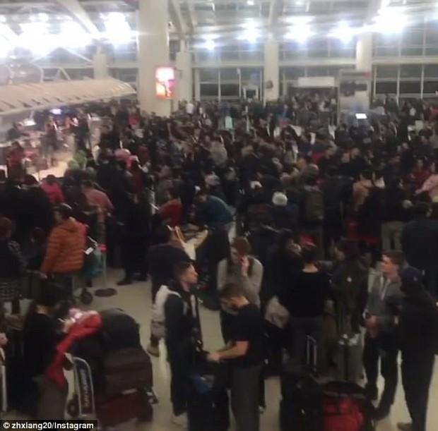 Khung cảnh hỗn loạn tại sân bay JFK sau bom bão tuyết: Hơn 6000 chuyến bay bị hủy bỏ, 2 vụ va chạm máy bay xảy ra - Ảnh 2.
