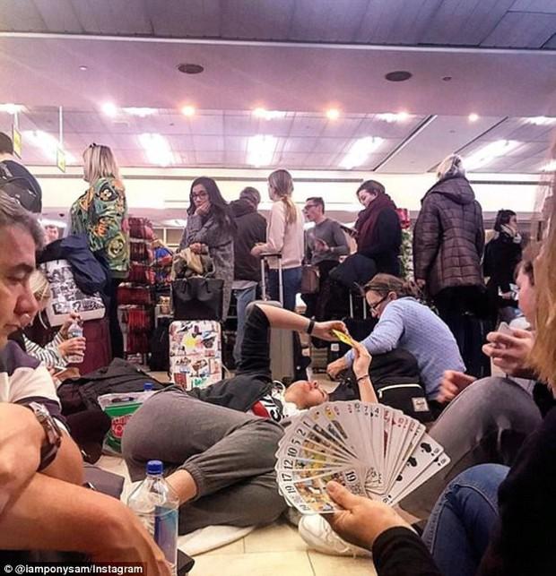 Khung cảnh hỗn loạn tại sân bay JFK sau bom bão tuyết: Hơn 6000 chuyến bay bị hủy bỏ, 2 vụ va chạm máy bay xảy ra - Ảnh 9.