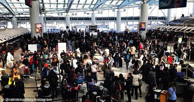 Khung cảnh hỗn loạn tại sân bay JFK sau bom bão tuyết: Hơn 6000 chuyến bay bị hủy bỏ, 2 vụ va chạm máy bay xảy ra - Ảnh 12.