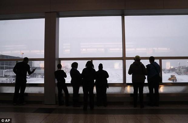 Khung cảnh hỗn loạn tại sân bay JFK sau bom bão tuyết: Hơn 6000 chuyến bay bị hủy bỏ, 2 vụ va chạm máy bay xảy ra - Ảnh 15.