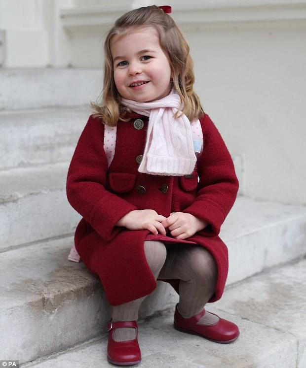 Tiểu Công chúa Charlotte vui tươi trong ngày đầu tiên đến trường mẫu giáo - Ảnh 1.