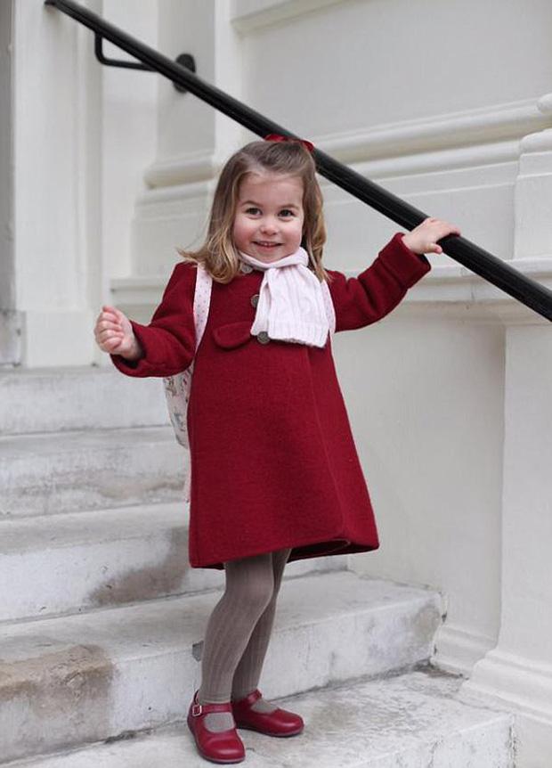 Tiểu Công chúa Charlotte vui tươi trong ngày đầu tiên đến trường mẫu giáo - Ảnh 2.