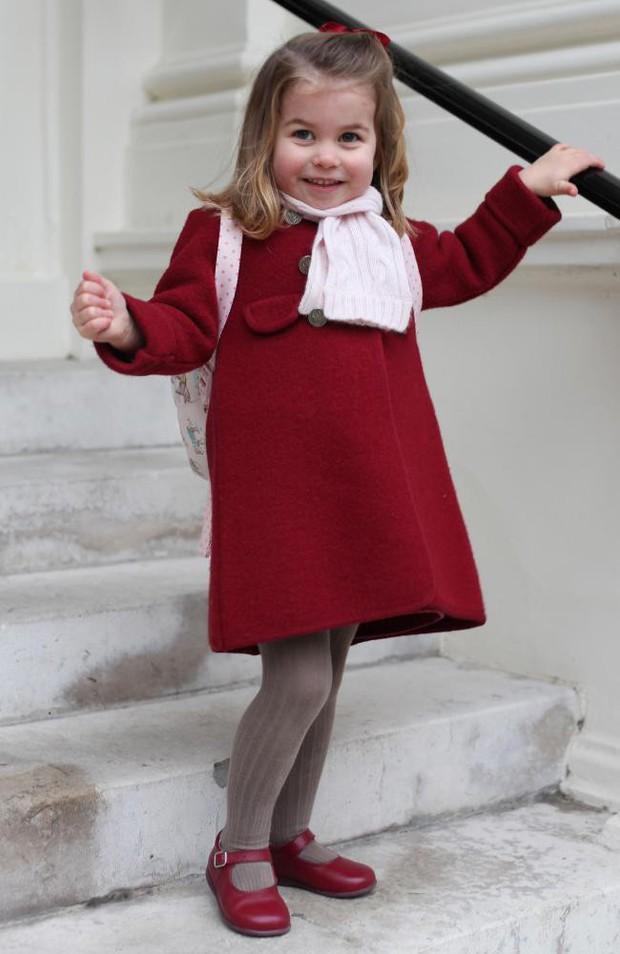 Ngày đầu tiên đi học, Công chúa nhỏ nhà Kate Middleton đã được mẹ diện cho cả bộ đồ đỏ trị giá hơn 6 triệu đồng - Ảnh 1.