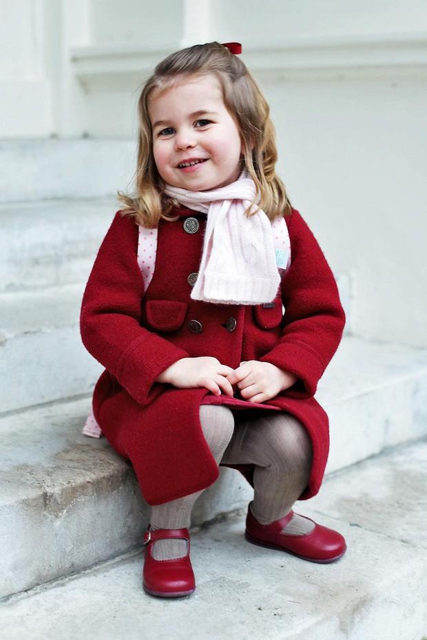 Ngày đầu tiên đi học, Công chúa nhỏ nhà Kate Middleton đã được mẹ diện cho cả bộ đồ đỏ trị giá hơn 6 triệu đồng - Ảnh 2.