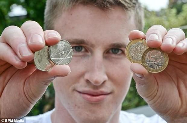 Chàng trai 20 tuổi kiếm hơn 2 tỉ đồng một năm nhờ bỏ hết việc đi bán tiền xu - Ảnh 1.