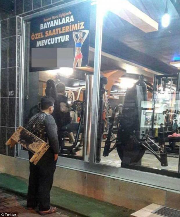 Chú bé đánh giày đứng ngoài phòng gym, người chủ phòng tập quyết định làm điều khiến bao người xúc động - Ảnh 1.