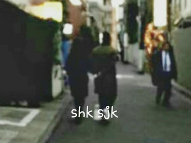 Song Joong Ki và Song Hye Kyo tay trong tay bình dị hẹn hò tại Nhật Bản để kỷ niệm 1 năm ngày cầu hôn? - Ảnh 1.
