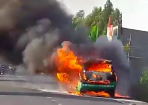 Xe taxi bốc cháy, tài xế cùng khách đạp cửa thoát thân - Ảnh 1.