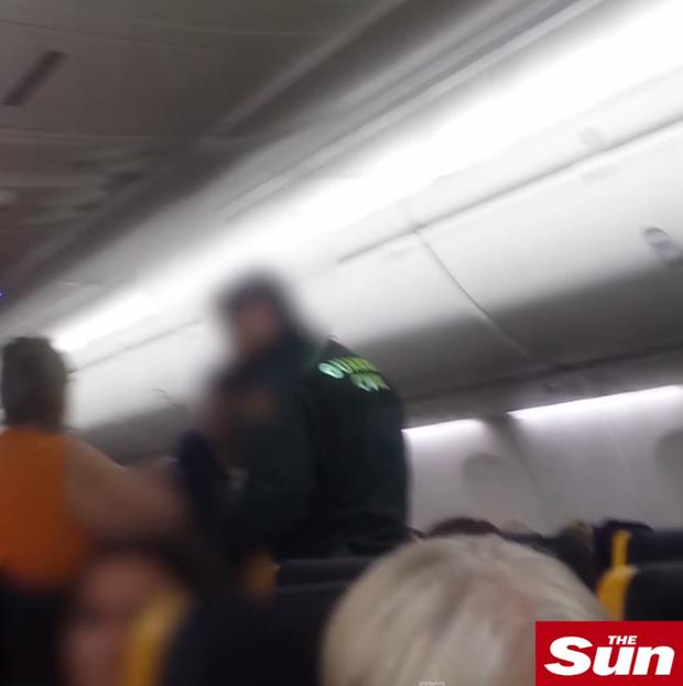 Say xỉn, cặp vợ chồng đại náo trên máy bay khiến chuyến bay quốc tế phải hạ cánh khẩn cấp - Ảnh 5.