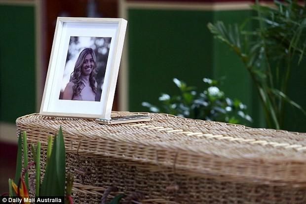 Cô gái trẻ qua đời vì ung thư, 800 người đến dự đều mặc áo màu sặc sỡ vì lý do sẽ khiến bạn thực sự xúc động - Ảnh 2.