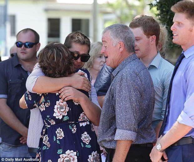 Cô gái trẻ qua đời vì ung thư, 800 người đến dự đều mặc áo màu sặc sỡ vì lý do sẽ khiến bạn thực sự xúc động - Ảnh 6.