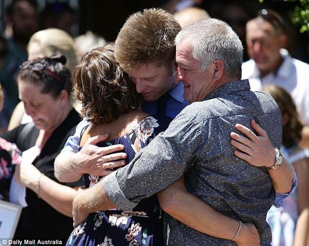 Cô gái trẻ qua đời vì ung thư, 800 người đến dự đều mặc áo màu sặc sỡ vì lý do sẽ khiến bạn thực sự xúc động - Ảnh 7.