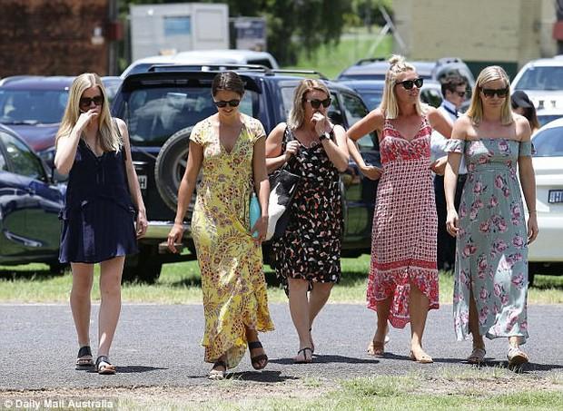 Cô gái trẻ qua đời vì ung thư, 800 người đến dự đều mặc áo màu sặc sỡ vì lý do sẽ khiến bạn thực sự xúc động - Ảnh 8.